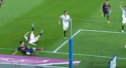 Enlace a GIF: Messi, tío, que faltan 10 segundos y perdemos. Entendido, pues jugadón y victoria al bolsillo