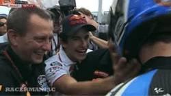 Enlace a GIF: Márquez felicitando a su hermano por el podio en Moto3