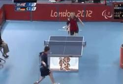 Enlace a GIF: Son paralímpicos, pero seguro que te pulen jugando a pingpong