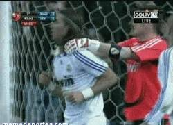 Enlace a GIF: Casillas cuando pille a Ramos por banda