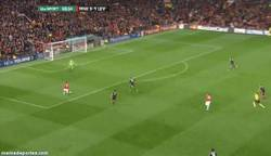 Enlace a GIF: Y tras su fail, como tiene que ser, Rooney no perdona y pone el 3-1 ante el Leverkusen