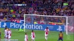 Enlace a GIF: Y Messi sigue a lo suyo, golazo de falta ante el Ajax
