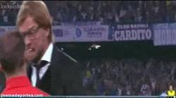 Enlace a GIF: Jurgen Klopp acojonando al cuarto árbitro