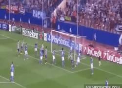 Enlace a GIF: Miranda estrena al Atlético en la Champions