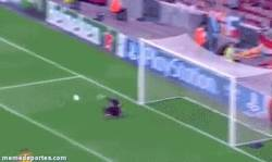 Enlace a GIF: Valdés en su mejor estado de forma, ¡para hasta penaltis!
