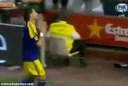 Enlace a GIF: Michu pide disculpas al Valencia por marcar ¡qué grande es este tío!