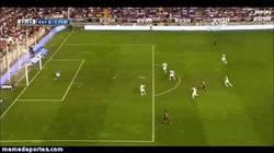 Enlace a GIF: Messi lo hace todo y se lo deja fácil a Pedro para que sólo empuje