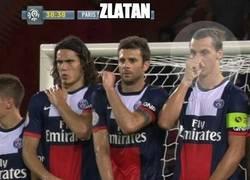 Enlace a Zlatan, protegiéndose su napia por lo que pueda pasar