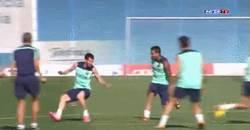 Enlace a GIF: Messi deja sentado a Alves hasta sin balón