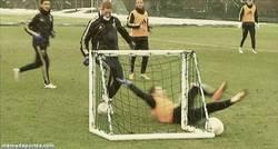 Enlace a GIF: Torres humillando a Hazard en un entrenamiento