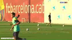 Enlace a GIF: Messi y Alves jugando a fut-baloncesto
