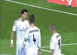 Enlace a GIF: Bronca entre Pepe y Benzema hasta que llega el capitán Sergio Ramos a tranquilizar las cosas
