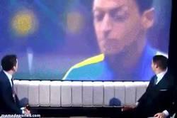 Enlace a GIF: Özil dominando un chicle antes del partido de Premier