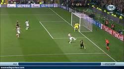 Enlace a GIF: El único gol del partido, Cesc de cabeza