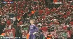 Enlace a GIF: Aficionados del Bayern trolleando al City