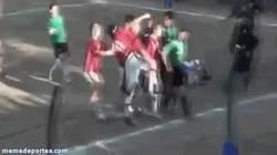 Enlace a GIF: Brutal agresión a un árbitro