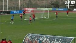 Enlace a GIF: Iker Casillas ya para incluso con la nuca