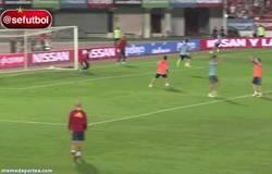 Enlace a GIF: Taconazo de lujo de Ramos a Iker, ¡la roja se pone a punto!