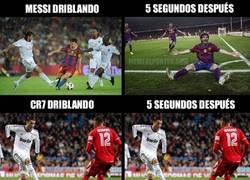 Enlace a Messi y Cristiano driblando