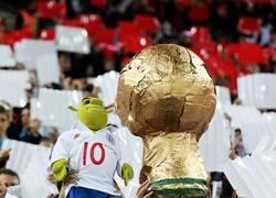 Enlace a Rooney con la copa del mundo