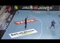 Enlace a VÍDEO: El peor lanzamiento de penalti de balonmano de la historia