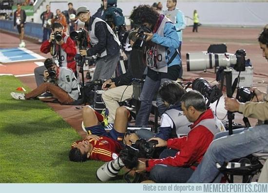 195932 - Esto es lo que hacen los fotógrafos carroñeros cuando un futbolista se cae en sus pies