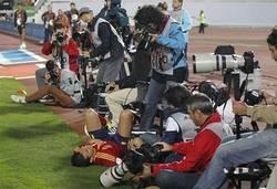 Enlace a Esto es lo que hacen los fotógrafos carroñeros cuando un futbolista se cae en sus pies