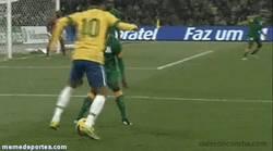 Enlace a GIF: Gran regate de Neymar
