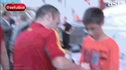 Enlace a GIF: Y ésta es la cara que se te queda cuando te firma el gran Andrés Iniesta