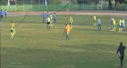 Enlace a GIF: Salta al campo con el partido en juego para grabar una falta