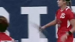 Enlace a GIF: Y esto es lo que pasa cuando tienes la regla y juegas a fútbol