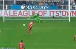 Enlace a GIF: Con este penalti, Gerrard llega a su gol 100 en Premier #LEYENDA