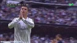 Enlace a GIF: Mete gol y pide perdón por las ocasiones falladas #Respect