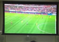 Enlace a El partido del Barça fue aburrido y Milán Piqué cambió de canal y se encontró esto [1/2]