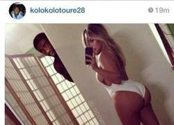 Enlace a Kolo Touré disfrutando de las mejores vistas de Kim Kardashian