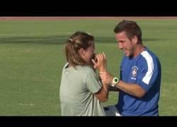Enlace a VÍDEO: Finge lesión para después proponerle matrimonio