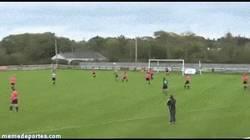 Enlace a GIF: ¿Sólo los chicos sabeis jugar a fútbol?