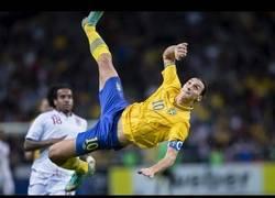 Enlace a VÍDEO: Ibrahimovic haciendo golazos y movimientos que sólo él sabe hacer