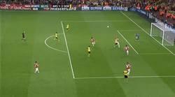 Enlace a GIF: Lewandowski le complica mucho la vida al Arsenal en Champions #UCL