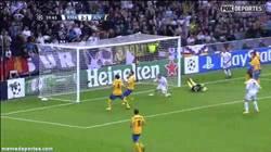 Enlace a GIF: El Increíble fallo de Benzema contra la Juve