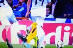 Enlace a GIF: Al final sí que va a ser penalty a Arturo Vidal