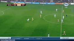 Enlace a GIF: Regate maestro en defensa en la Europa League