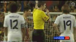 Enlace a GIF: Messi se ríe al ver a Cristiano llorar al árbitro