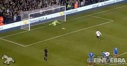 Enlace a GIF: Y Soldado vuelve a marcar en la Premier, cómo no, de penalty