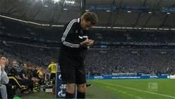 Enlace a GIF: Klopp jugándosela con un árbitro asistente