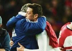Enlace a Reencuentro entre Özil y Mou. Mou acabó con la camiseta de Mesut