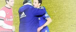 Enlace a GIF: Para que se vea que no odia a los españoles, Mou abraza a Azpilicueta