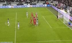Enlace a GIF: Golazo de falta de Pirlo para celebrar su partido 100 con la Juve