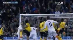 Enlace a GIF: El gol de falta de Bale. Los grandes también tienen suerte