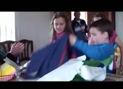Enlace a VÍDEO: Esto ocurre cuando un niño del Real Madrid recibe la camiseta del Barça